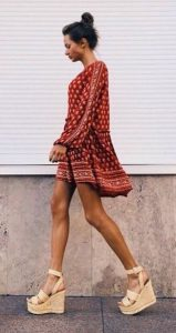 κόκκινο φόρεμα μπεζ πλατφόρμες