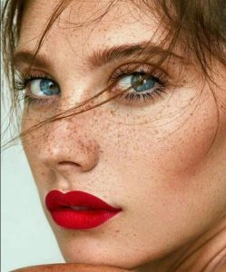 κόκκινο κραγιόν γαλάζια μάτια φακίδες