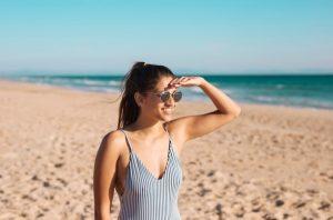 κοπέλα παραλία γυαλιά ηλίου