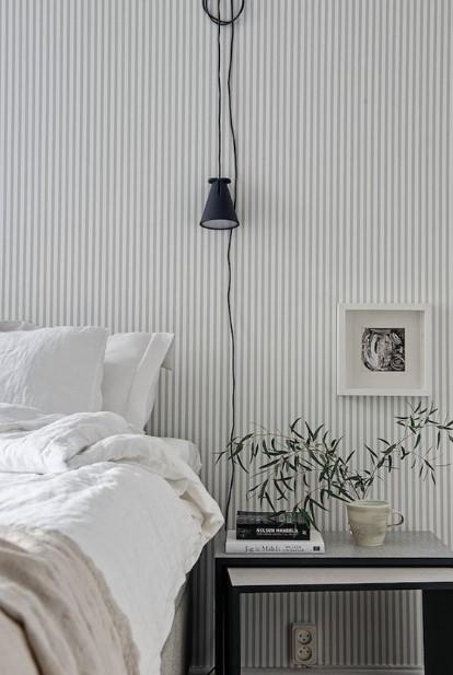 κρεβάτι ριγέ τοίχος μαύρη λάμπα