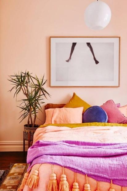κρεβάτι ροδακινί τοίχος πολύχρωμα μαξιλάρια