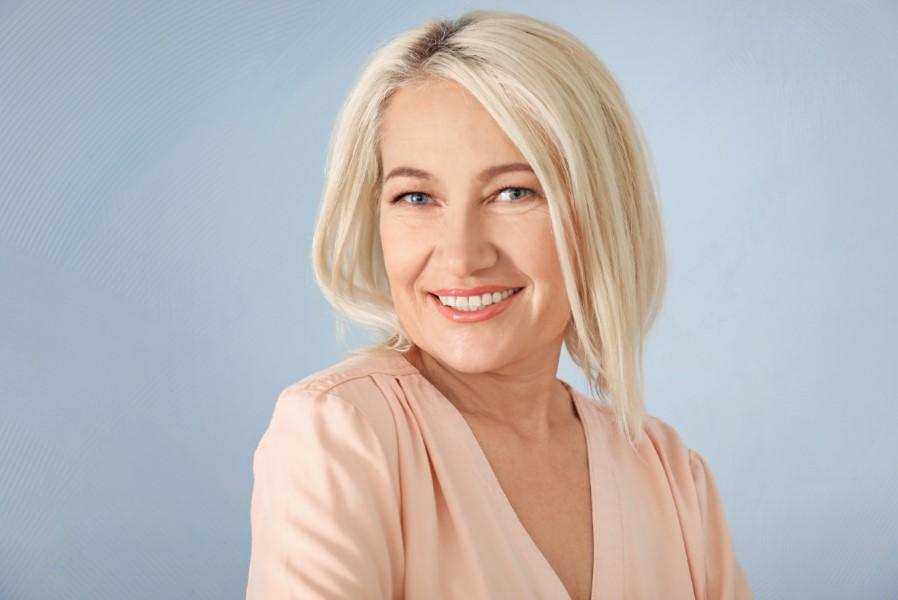 ξανθιά γυναίκα με απαλό διακριτικό μακιγιάζ