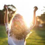 ξανθιά γυναίκα ήλιος σηκωμένα χέρια συμφιλιωθείς παρελθόν