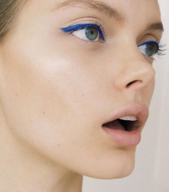 μπλε eyeliner μακιγιάζ