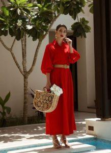 μάξι κόκκινο φόρεμα ψάθινη τσάντα