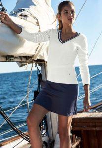 μπλε μίνι φούστα άσπρη μπλούζα