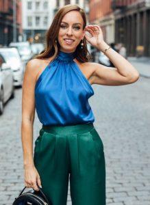 μπλε μπλούζα πράσινο παντελόνι