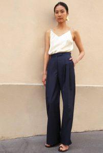 μπλε παντελόνι άσπρο τοπ συνδυασμός μπλε ρούχων