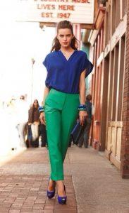 πράσινο παντελόνι μπλε μπλούζα μπλε γόβα συνδυασμός μπλε ρούχων