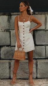 ψάθινη μικρή τσάντα άσπρο φόρεμα κομμάτια καλοκαιρινή γκαρνταρόμπα