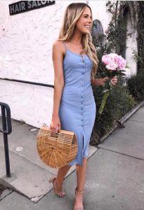 ψάθινη τσάντα γαλάζιο φόρεμα