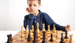 παιδι παιζει σκακι