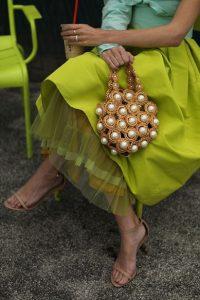 τσάντα πέρλες κίτρινη φούστα