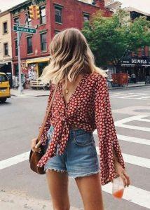 τζιν σορτσάκι κόκκινη μπλούζα