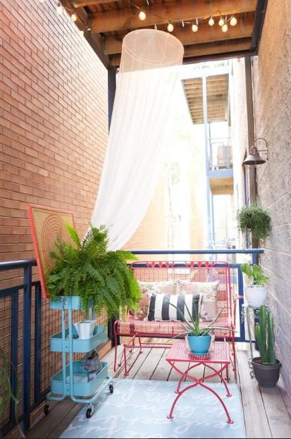 βεράντα κουνουπιέρα καναπές τραπέζι ροζ