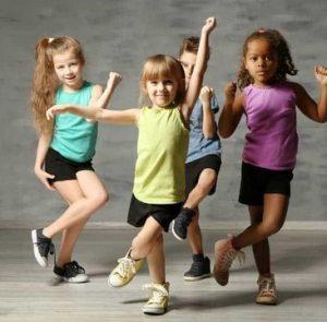 παιδια κανουν χορο