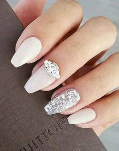 ασημενιες πετρες με λευκα νυχια