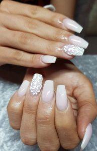 νυχια με ασπρα λουλουδια