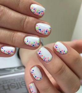 άσπρα νύχια με χρωματιστά σχέδια