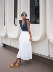 άσπρη φούστα μπλε τοπ καλοκαιρινά ρούχα αδύνατη