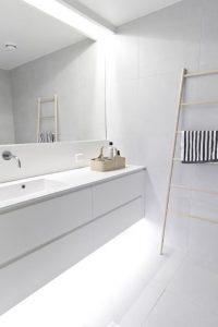 άσπρο μπάνιο σκάλα διακόσμησης