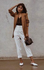 άσπρο παντελόνι καφέ σακάκι άσπρα mules καλοκαίρι