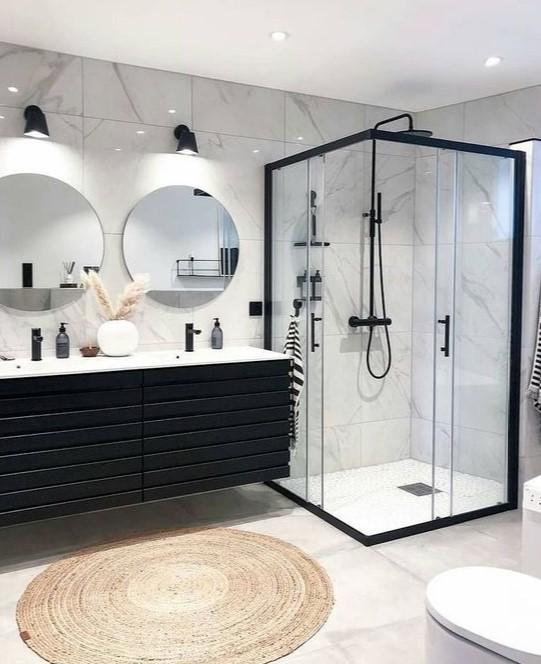 ασπρόμαυρο μπάνιο με ντουζιέρα