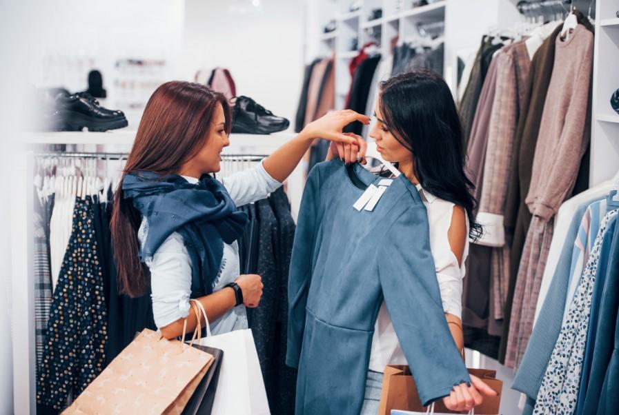 φίλες ψωνίζουν ρούχα στα μαγαζιά