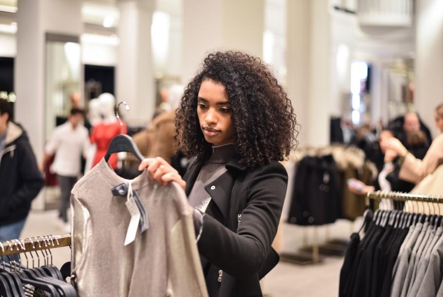 γυναίκα ψωνίζει ρούχα