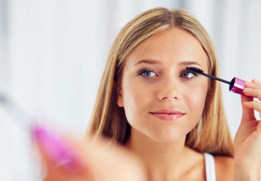 γυναίκα βάζει μάσκαρα