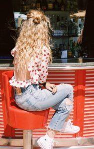 half up σγουρά μαλλιά ξανθά