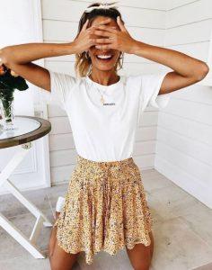 κίτρινη φούστα άσπρο μπλουζάκι