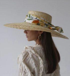 κορδέλα σε ψάθινο καπέλο