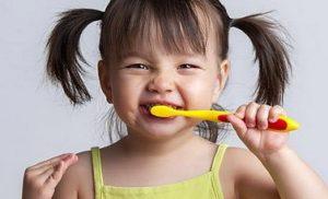 κοριτσακι πλενει τα δοντια