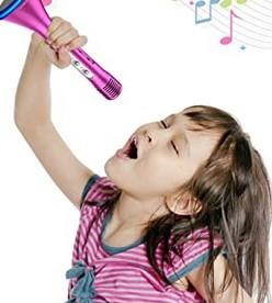 κοριτσακι τραγουδαει