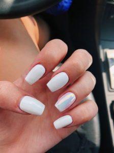 λευκά νύχια με ιριδισμό