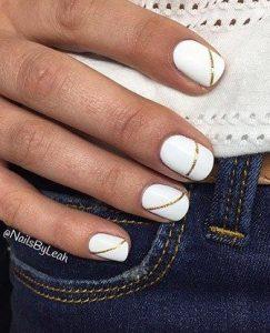 λευκά νύχια με χρυσά σχέδια
