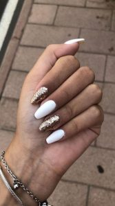 λευκά χρυσά νύχια