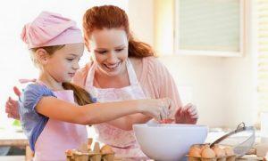 παιδι μαγειρευει με μαμα