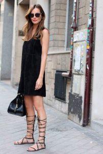 μαύρο φόρεμα μαύρα σανδάλια κορδόνια φλατ παπούτσια καλοκαίρι