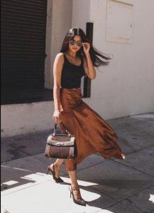 midi φούστα καφέ μαύρη μπλούζα