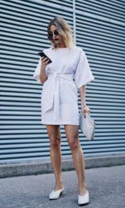 άσπρο μίνι φόρεμα άσπρα παπούτσια