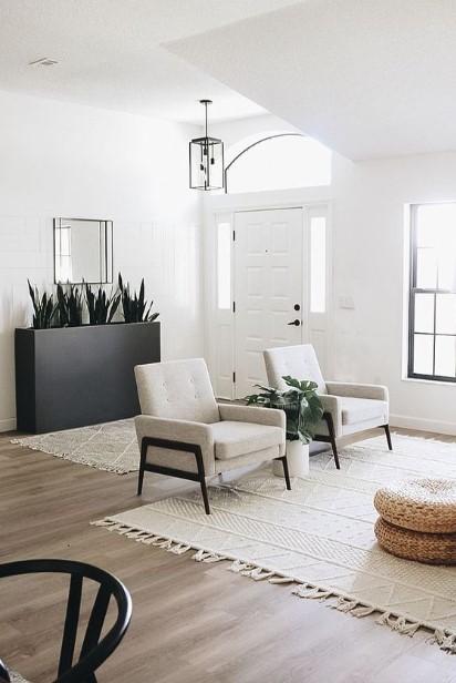 σύγχρονο σαλόνι άσπρες πολυθρόνες μαύρο κασπό