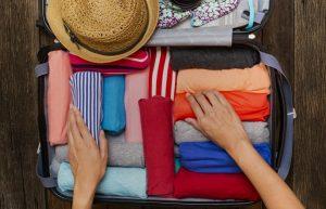 ρούχα ρολαρισμένα βαλίτσα καπέλο χωρέσεις