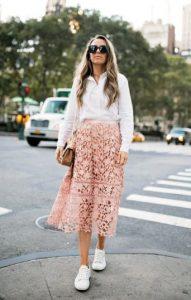 ροζ φούστα άσπρα sneakers