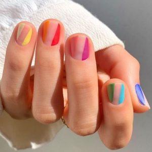 χρωματιστά νύχια κοντά