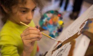 κοριτσι ζωγραφιζει με πινελο