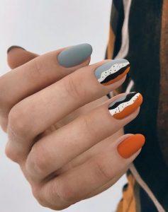 γκρι πορτοκαλί νύχια