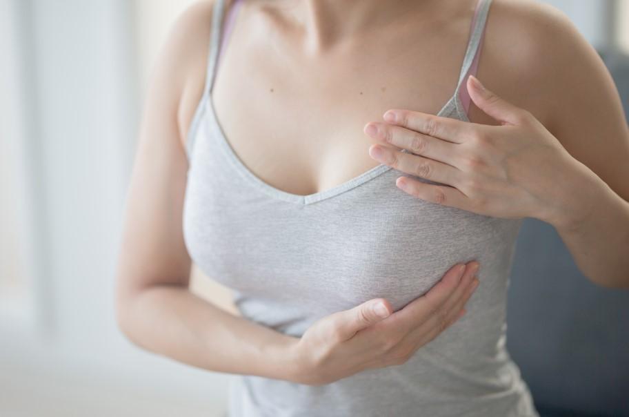 γυναίκα ακουμπά το στήθος της