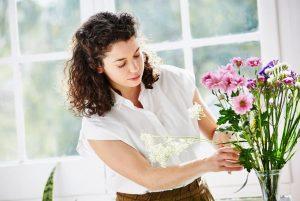 γυναίκα διακοσμεί με λουλούδια μελαγχολήσεις τέλος διακοπών